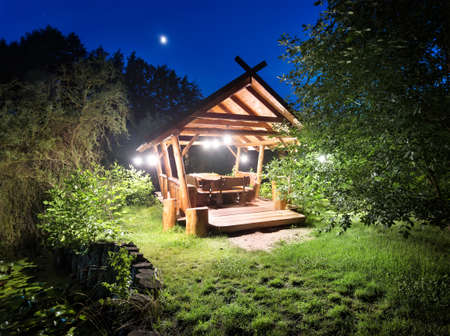 dia y la noche: glorieta de hadas en el bosque iluminado linternas en la noche
