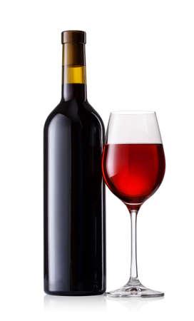 copa de vino: Vino rojo en vidrio con botella aislada en el fondo blanco