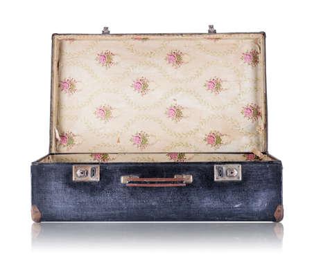 valise voyage: Ouvert valise vintage noir isolé sur fond blanc