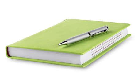 diario verde con la penna isolato su sfondo bianco