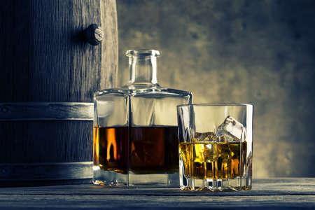 whisky: Verre et carafe de whisky baril teinté dans ton bleu jaune Banque d'images