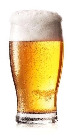 vasos de cerveza: Vaso de cerveza ligera con espuma y gotas en el cristal
