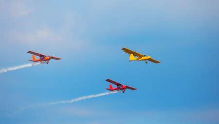 Drie heldere vliegtuigen in de lucht. Het concept van beweging en vrijheid. Stockfoto