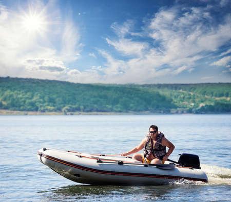 Mann auf einem aufblasbaren Motorboot