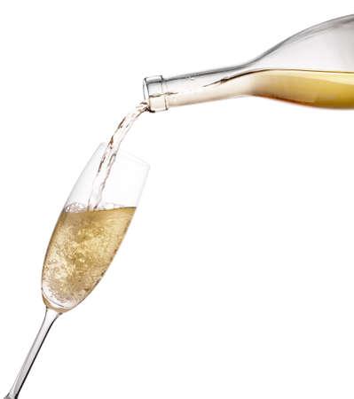 Gießen Sie den Champagner aus der Flasche in das Weinglas