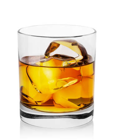 Round transparent glass of whiskey with ice Stockfoto