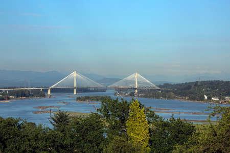 Panoramablick auf den Fraser River und Hafen Mann Brücke vor dem Hintergrund eines Berges Grat