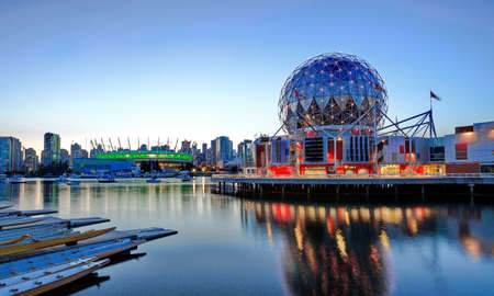 Vancouver Science World museum, geodesic dome of science world,  night scener ncouvescience 에디토리얼