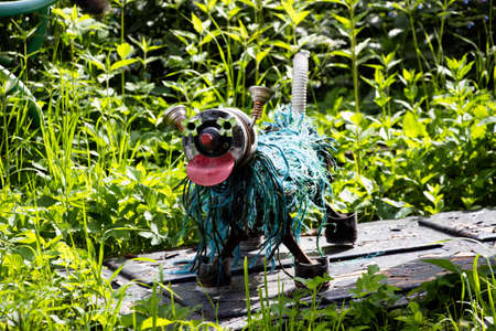 Not everything that we throw is useless. Some things can be used to make a very beautiful decoration - such as this dog. Iron, plastic - the materials of which it is made.