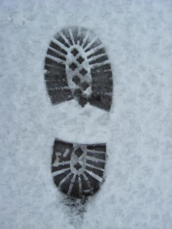 beeld van de sporen van de schoen op een sneeuw