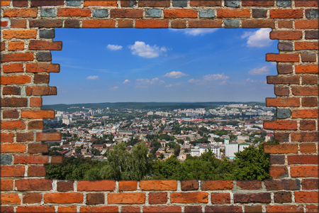 broken wall: pared rota desde el ladrillo rojo y vista a la gran ciudad