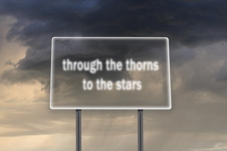 dagvaarding: Billboard met inscriptie door de doornen aan de sterren op de achtergrond van donkere stormachtige hemel