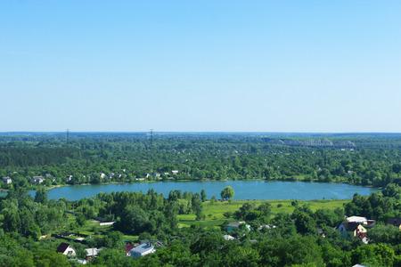 prachtig uitzicht op landhuizen op schilderachtig meer