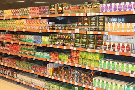 Veel verschillende theepakketten op de planken van de supermarkt