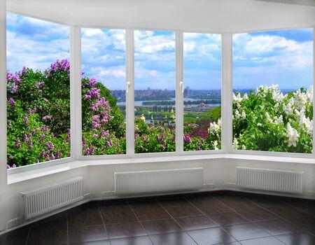 raam met een prachtig uitzicht van Kiev in het voorjaar met struiken van lila