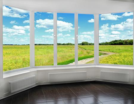 Ouvre la fenêtre au beau paysage d'été avec la route et les nuages. Vue sur de beaux nuages ??Herbe verte et campagne depuis la fenêtre Banque d'images