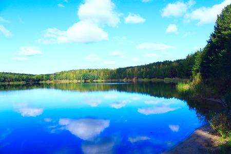 landschap met bosmeer en bezinning over de waterspiegel