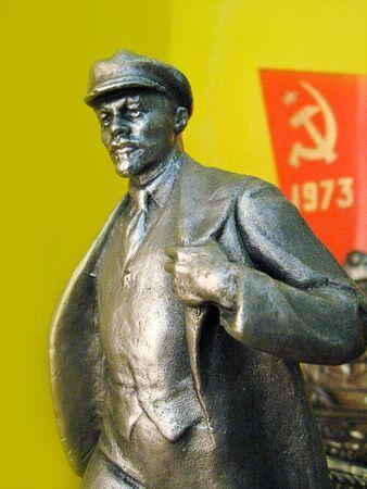 La imagen de la pequeña figura de bronce de Lenin en el museo de Snovsk
