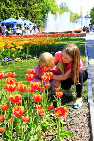 rape: Hermana enseña a los más jóvenes a oler tulipanes en el macizo de la ciudad