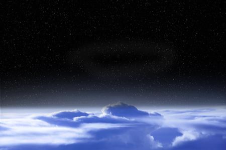 Spazio nero sopra le nuvole della Terra. Paesaggio cosmico. Bellissimo paesaggio spaziale con cosmo aperto e nuvole. Vista dall'alto dell'atmosfera terrestre