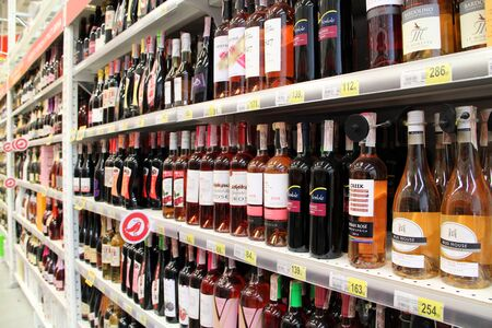 Wine shop. Wide selection of champagne and wine in department of alcoholic beverages in supermarket. Alcoholic drinks on shelves. Store of alcoholic drinks 報道画像