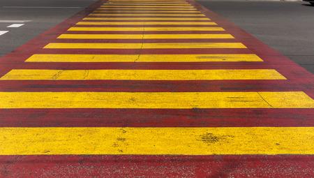 senda peatonal: cruce de peatones amarillo rojo en la carretera Foto de archivo