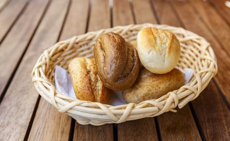 tranches de pain: Petits pains turcs dans un panier en osier (soft focus) Banque d'images