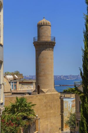 Minaret of a mosque in the old city-fortress in Baku 免版税图像