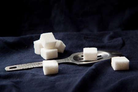 ajenjo: Absenta con terrones de azúcar Foto de archivo