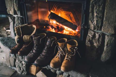 botas de navidad: Botas de invierno en frente de una chimenea. Foto de archivo