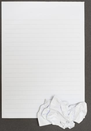 Notebook su sfondo nero vista aperta e carta stropicciata Archivio Fotografico
