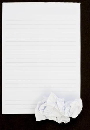 Notebook Vedi sfondo nero aperto e carta stropicciata