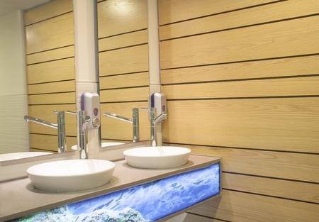 Lavabo a muro e bagno in legno riflessa nello specchio