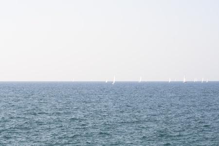 barche sulle onde di un paesaggio marino Archivio Fotografico