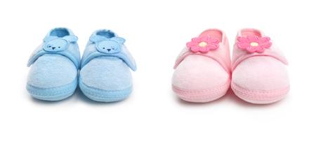 흰색 배경에 고립 된 귀여운 핑크와 블루 아기 소년과 소녀 신발의 근접 촬영