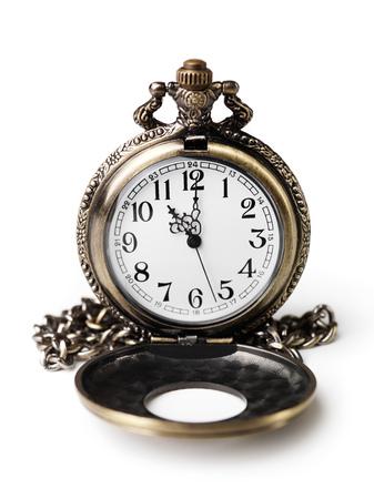 オープン蓋のアンティーク懐中時計です。白い背景上に分離。