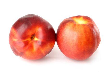 2 つの赤いネクタリン桃に孤立した白い背景
