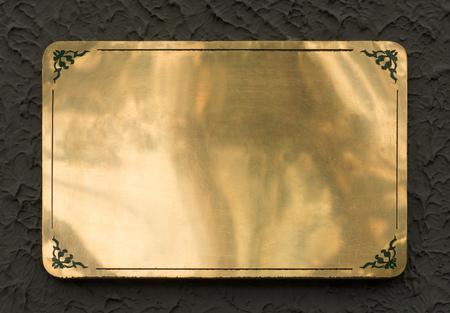 光沢のある真鍮の黄色金属サイン プレート クリッピング パスで分離されたテクスチャ 写真素材