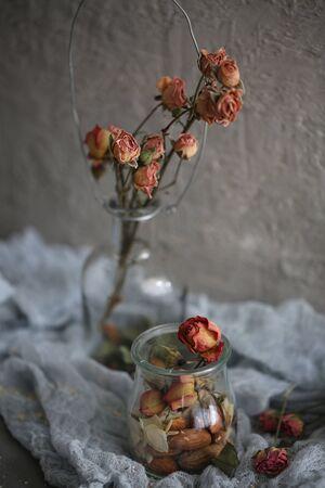 Dry pink roses in vase Imagens