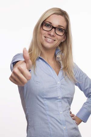 junge Mädchen mit Brille und Daumen hoch