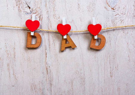 agradecimiento: wood letters and heart forming phrase dad on old wooden white  background Foto de archivo