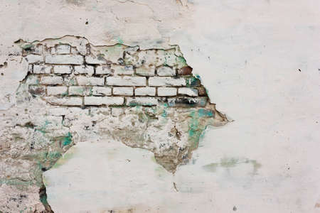 Wall of plaster with white and green paint, and brick. Foto de archivo - 104942699