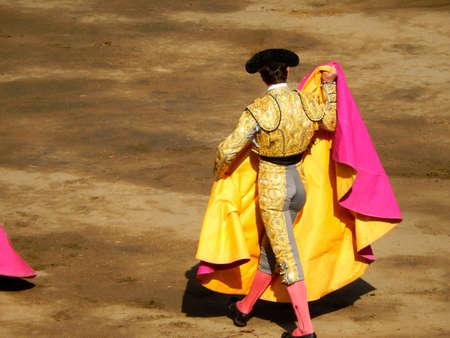 Torero dans l'arène. courageux matador avec capote. arène