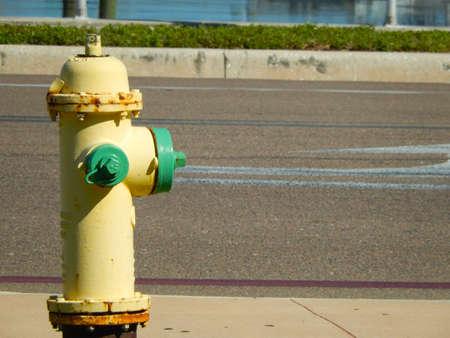 borne fontaine: Jaune bouche d'incendie près d'une route de la rue