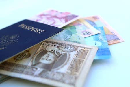 Pasaporte americano y monedas internacionales sobre un fondo blanco Foto de archivo - 36889222