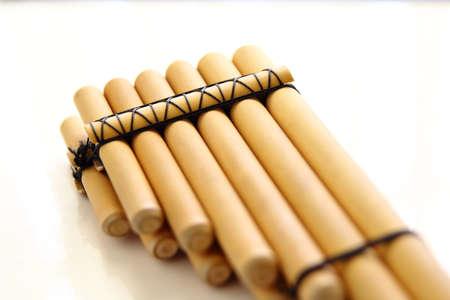zampona: aislado flauta de pan primer plano sobre un fondo blanco
