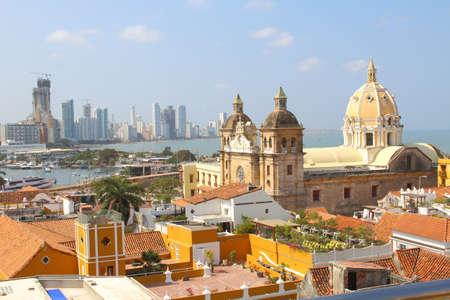 Pohled na historické centrum města Cartagena, Kolumbie s Karibského moře viditelné v pozadí Reklamní fotografie