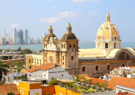 Kostel sv Petra Claver a Bocagrande ve městě Cartagena, Kolumbie Reklamní fotografie