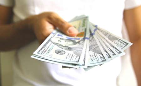 Het geven van geld. Betalen voor dienst of product. zakelijk succes Stockfoto