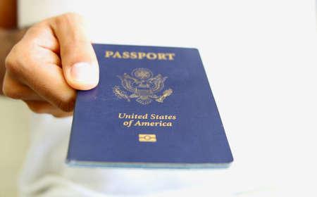Hand Holding een Amerikaans paspoort. Caption = Losse op wit  Stockfoto - 38904133